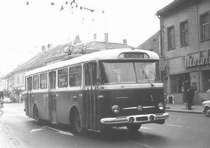 7a7bf9866 V roku 1959 začala premávať prvá nočná linka a podnik sídlil vo vlastných  priestoroch na Petrovanskej ulici, kam sa presťahoval v roku 1951.